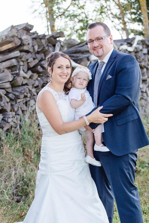 Brautpaar Fotoshooting Braut und Brutigam Hochzeitsfotos mit Kind Hochzeit im Mhlviertel