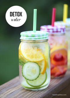Infusión detox.  Agua, trozos de fruta, menta y hielo