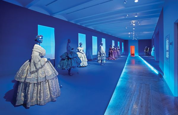 Cooper-Hewitt. Fashion in Colors. Exhibit Design by Tsang Seymour , *How does background color/ light change our perception of color arrangements?*