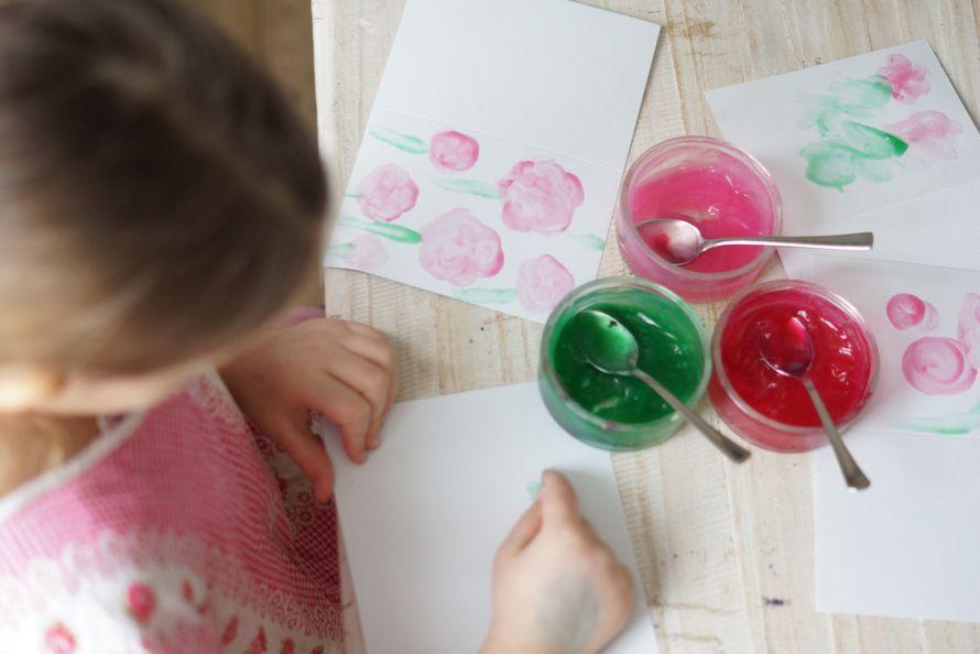 Tee itse parhaat sormivärit askarteluun. Turvallisiin väreihin löytyy materiaalit ruokakaapista.