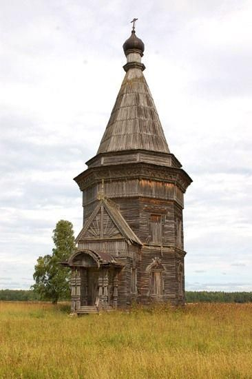 Here is a photo of the other side of the abandoned Russian church of Krasnaya Lyaga. Reportedly it was built in 1655.