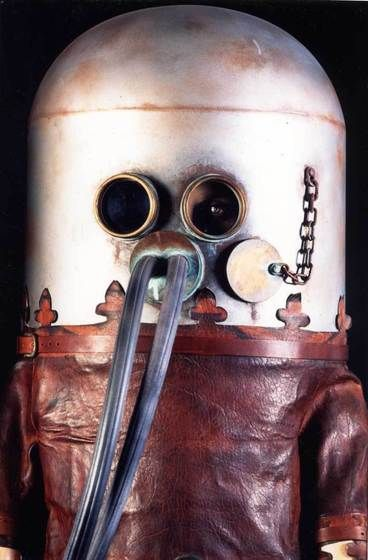 This diving machine was invented by Karl Heinrich Klingert (1760-1828), renowned scholars and scientists mechanic Breslau circles (Prussia), his hometown.  costume includes a steel helmet fitted with glass eyes and a double mouthpiece  a non-closed leather coat, weighted belt.  Scuba has been tested in fluvial environments, June 24, 1797, not by the inventor himself but even by a hunter named Friedrich Wilhelm Joachim - recruited with difficulty.