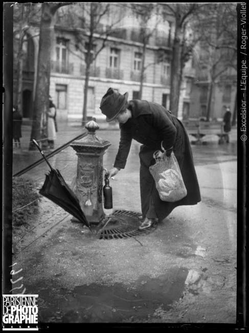 """Paris thermal : où irez-vous aux eaux cette année?.  La fontaine ferrugineuse du square Lamartine à Paris, fin mars 1919. Photographie parue dans le journal """"Excelsior"""" du vendredi 28 mars 1919. © Excelsior – L'Equipe / Roger-Viollet"""