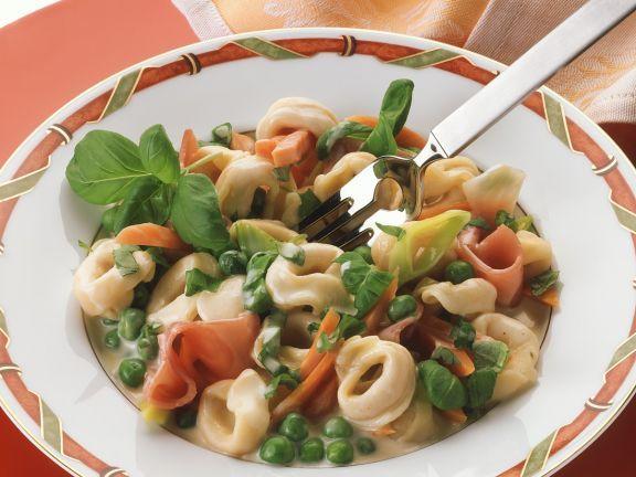 Gefüllte Nudeln mit Gemüse und Schinken ist ein Rezept mit frischen Zutaten aus der Kategorie Nudeln. Probieren Sie dieses und weitere Rezepte von EAT SMARTER!