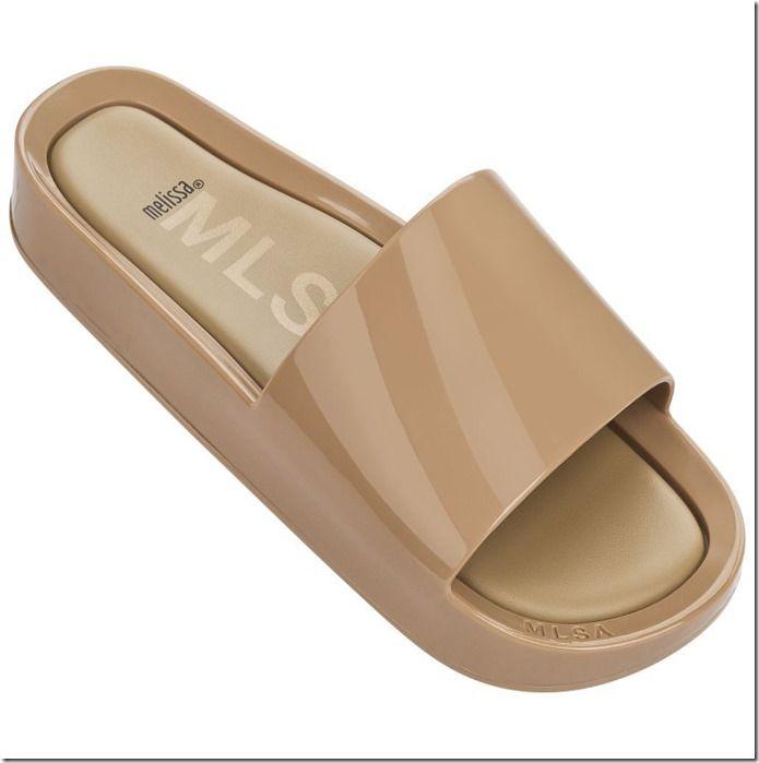 cf7a9de389 A marca Melissa acaba de lançar a sandália Beach Slide para o público  masculino que gostam de conforto e estilo