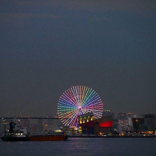 Instagram【hati_rainbow】さんの写真をピンしています。 《海遊館!✨ 何か今時の観覧車のイルミネーション?ってすごいね!👀 あけましておめでとうございますとかHAPPY NEW YEAR とか文字がスライドしながら観覧車に映し出されてた😲!! あと絵柄とかも!! びっくり!w . . . #観覧車#海遊館#夜景#写真好きな人と繋がりたい#ファインダー越しの私の世界#ミラーレス一眼#写真#カメラ》