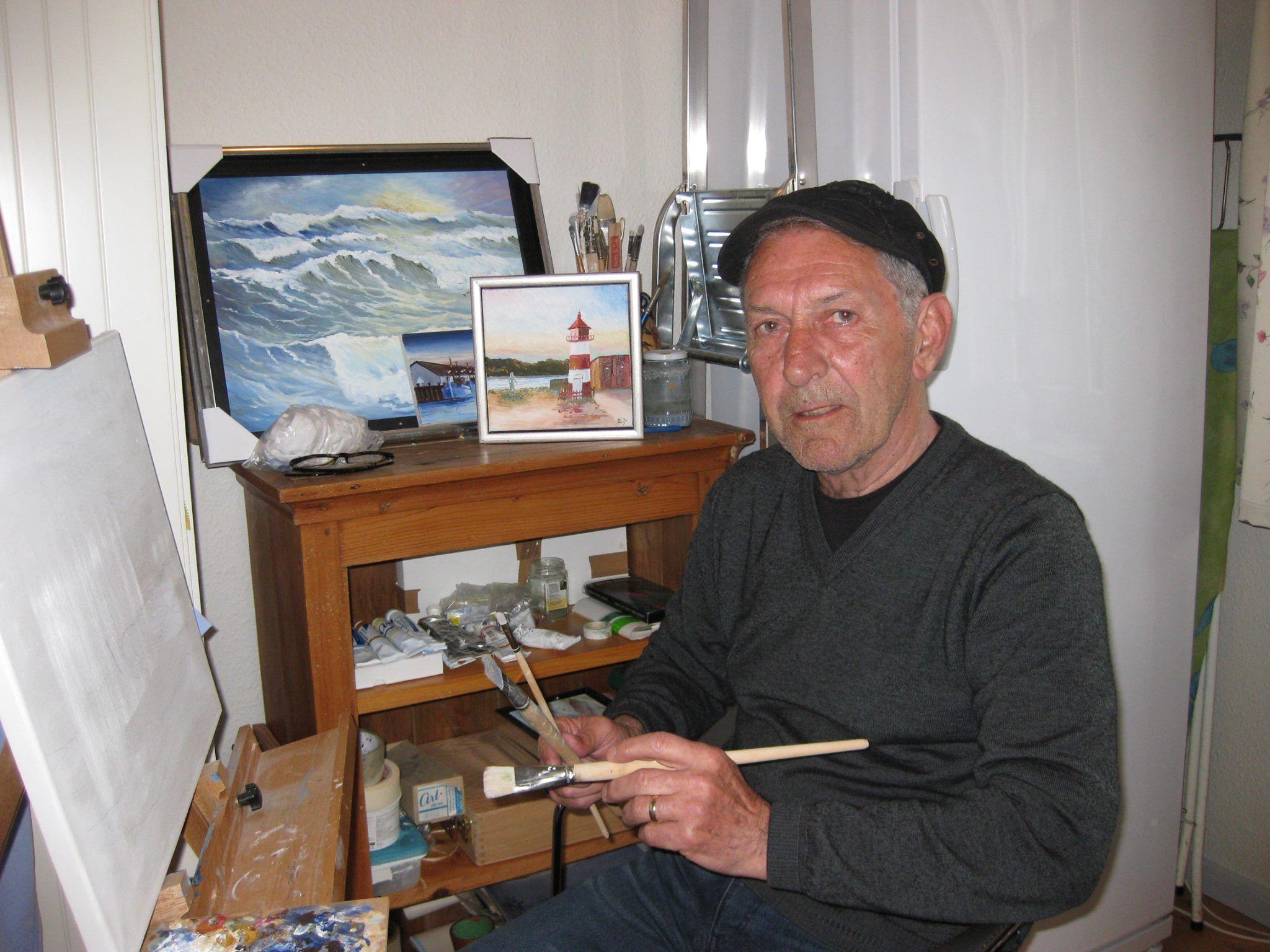 Kunstmaler Leif Larsen i sit Atelier i sit hjem i Gløngøre. Leif Larsen er født og opvokset i Lønstrup, men har igennem mange år boet i Gløngøre. Leif Larsen maler fortrinsvis malerier fra vestkysten og Limfjorden