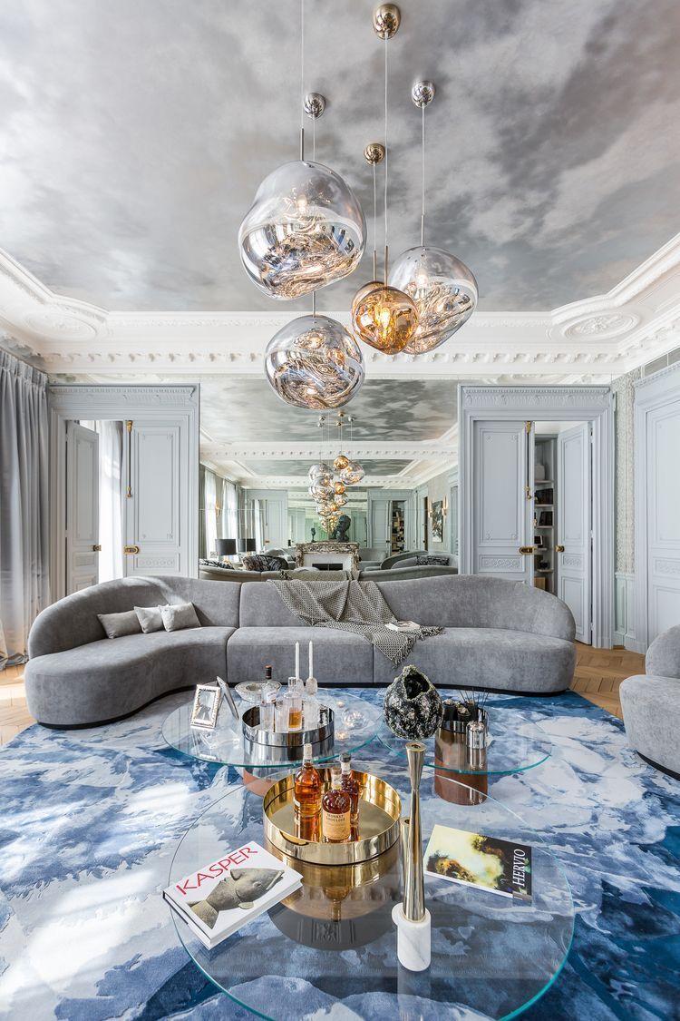 1 油漆 壁紙的灰色天空質感天花2 金色軟件理當標配3 全系灰色搭配沙發窗簾背牆夾鏡面反射空間4 天花板轉角弧度收編學習5 藍色地毯為提色 其中怕擋住焦點還用透明玻璃大茶几