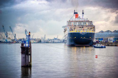Nicht ganz still und heimlich, sondern eher mit lautem Typhon, verabschiedete sich die Queen Mary 2 am Sonntag Abend aus Hamburg. Bei dem Schmuddel-Wetter würde ich aber auch lieber in wärmeren Wasser baden.  QM2 #1063_4_5_6_7_8