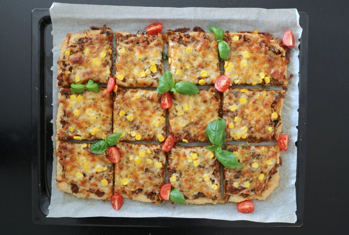 Hei og god torsdag! Eg har laga fleire spesielle pizzaer dei siste årene, blant anna pizza med søtpotetbunn og tunfiskbunn. Førstnevnte er mi mest populære oppskrift som matblogger og har falt i smak hos enormt mange, og det gledes!Men fleire har etterspurt en meir nøytral pizzabunn som er både sunn, enkel og god – eg …