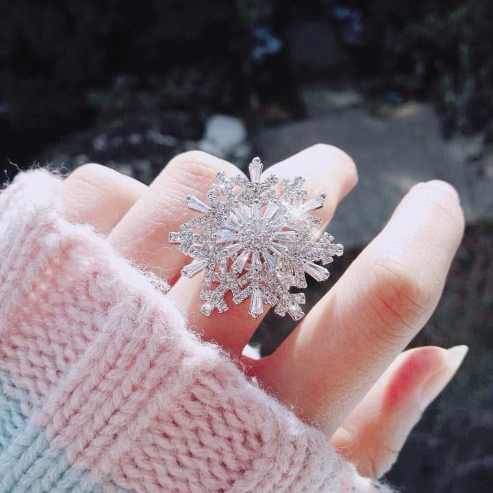Snowflake Love Ring: Representing purity, light, soft feelings Safe for your skin: Safe and harmless Rotate: No noise will be produced when you turn, you can watch it quietly, When you and him in this city, this ring shines more than the lights at banquet. Small and Light: Small in size and light in weight, every detail is perfect and comfortable to wear.Ring-earrings:Show your style, so that you can be the focus of attention in any occasion, best gift for Birthday, Valentine and Christmas, make
