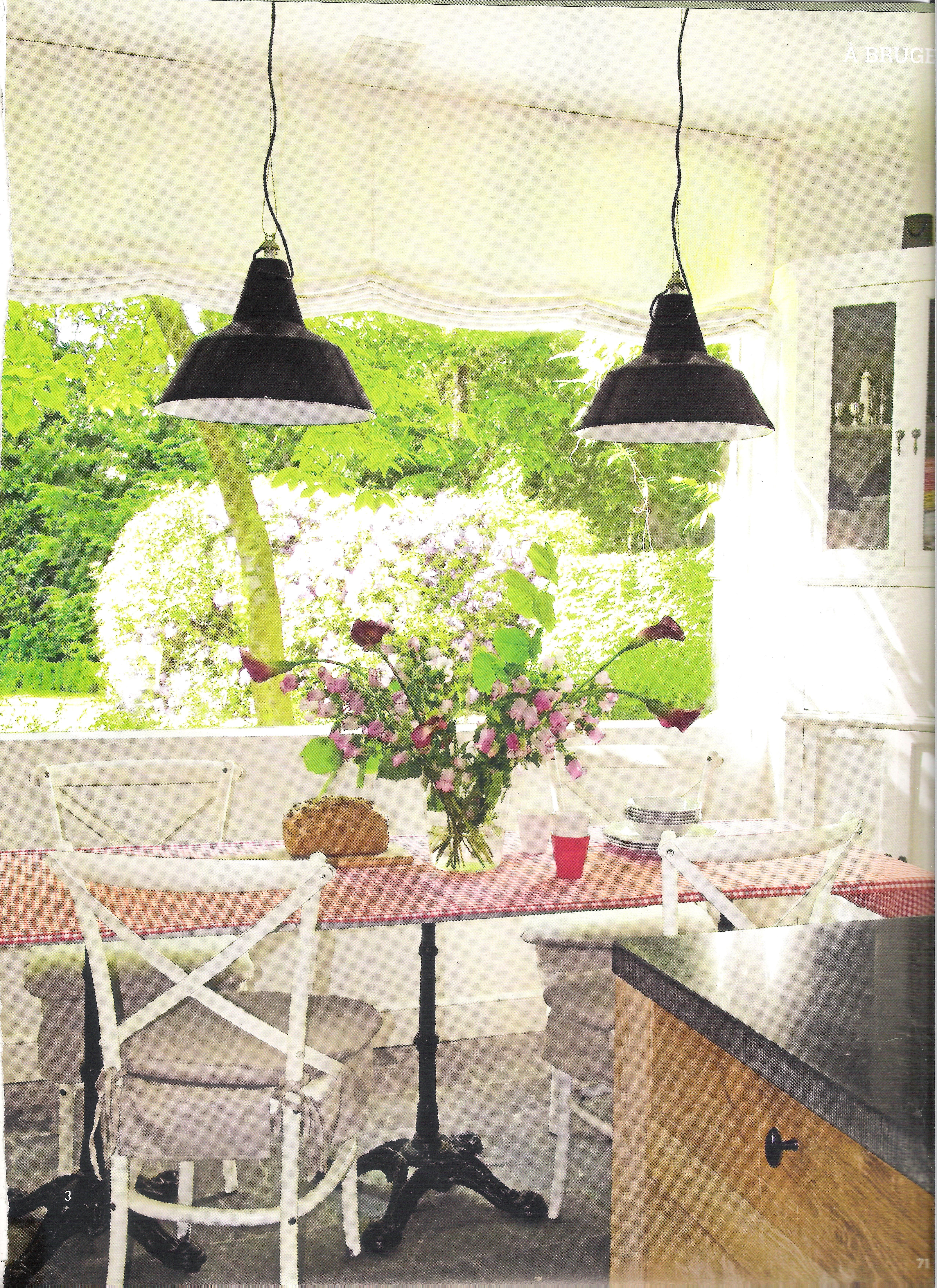 Table marbre pour effet bistrot et lampes indus cuisine for Table cuisine bistrot