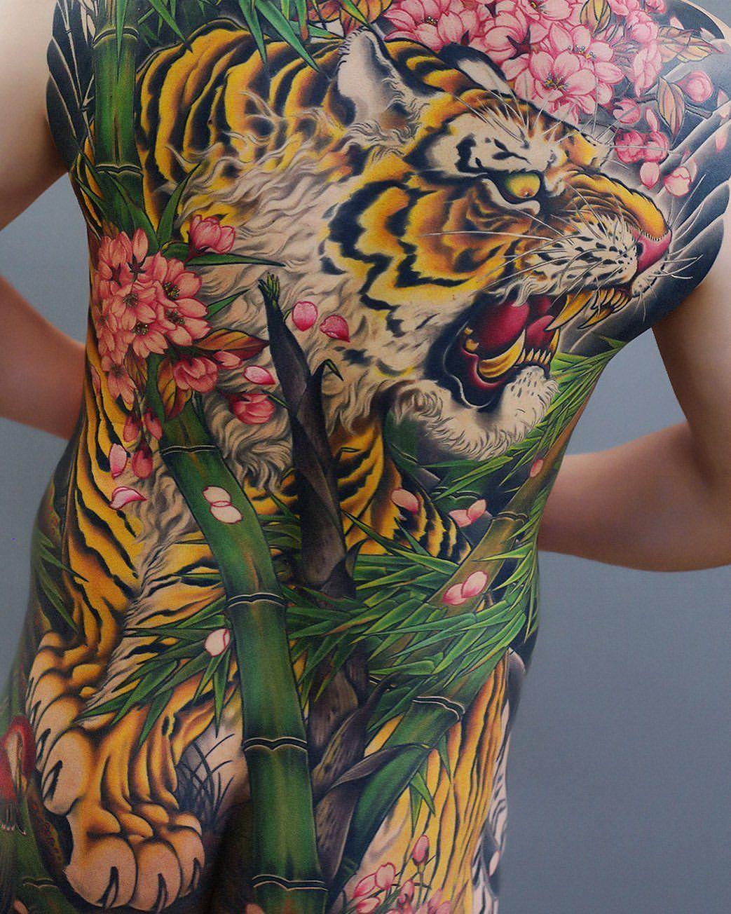 #tigertattoo #tiger #birdtattoo #redbird #tora #bambootattoo #cherryblossom #colorworktattoo #japanesetattoo #irezumi #鳥 #虎 #猛虎 #竹 #桜 #背中一面…