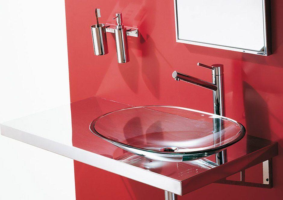 Lavabo Rojo Cristal.El Color Rojo Resalta Sobre El Lavabo De Cristal Banos