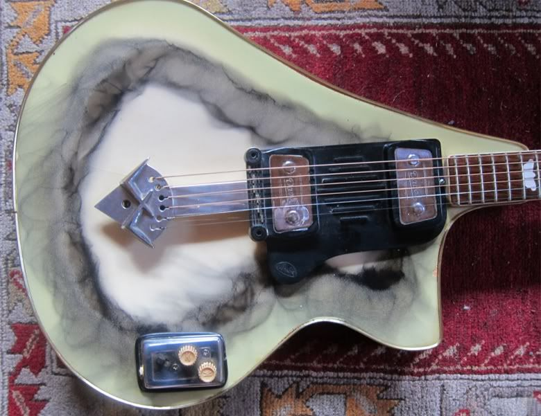 guitarz.blogspot.com : We at Guitarz are big fans of Wandre Guitars , probably the most eccentric of all 1960s Italian-made guitars, and b...