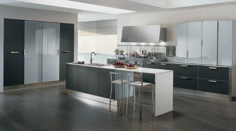 ampia e moderna cucina attrezzata con un\'isola con lavello e tavolo ...