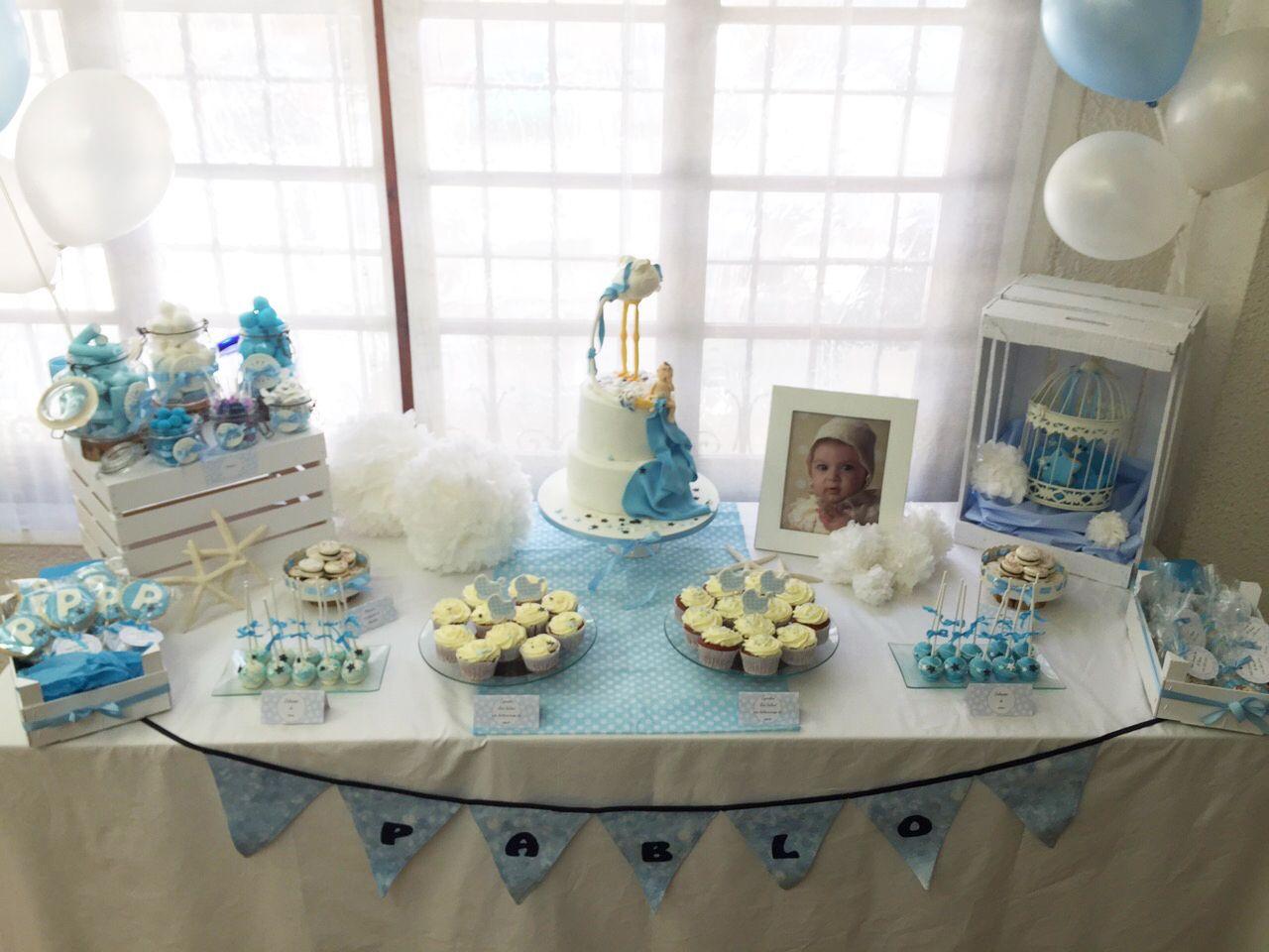 Mesa dulce para el bautizo de pablo con cupcakes for Mesa dulce para bautismo