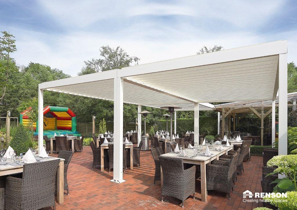 Sind die Dachlamellen geschlossen, bietet das Dach Schutz vor - 28 ideen fur terrassengestaltung dach