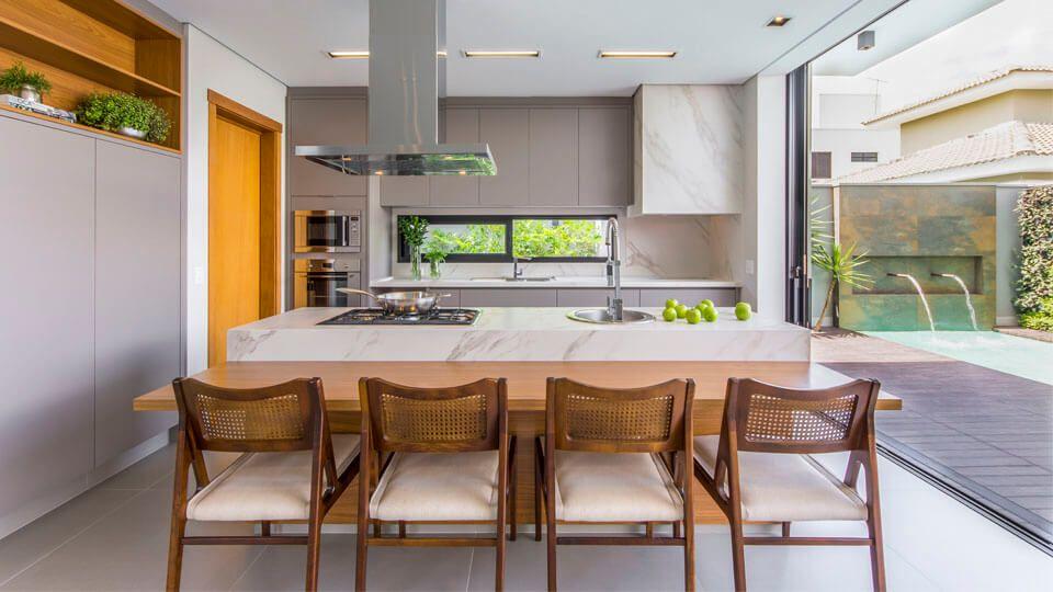 Totalmente funcional, prática e moderna a cozinha com ilha é uma tendência na arquitetura de