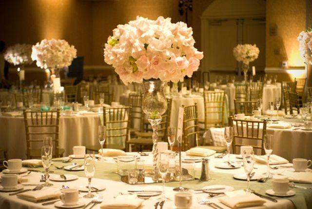 opulente Tischdeko Hochzeit weiße Blumen vintage silbern ...