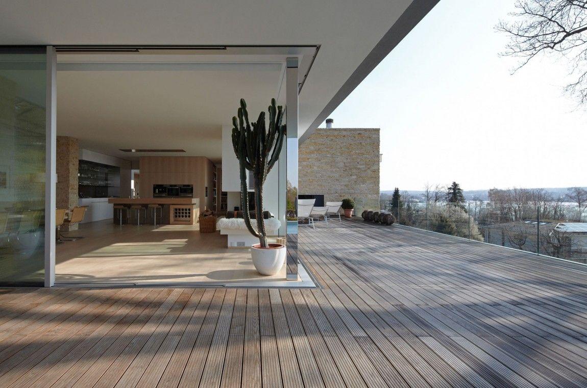 Wohnraum offen zur großzügiger frei gestalteten Terrasse | Häuser ...