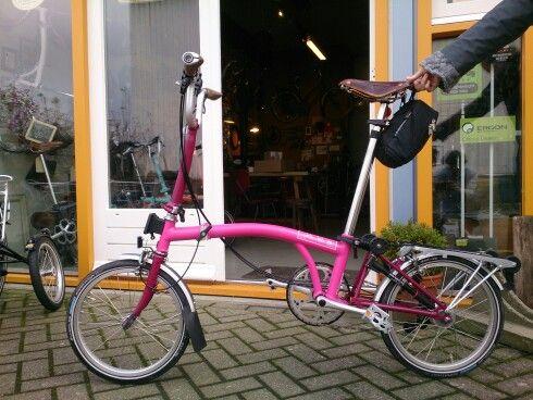Hot pink with Claret extremities. Very nice combination with Brookd and Ergon biocork grips @ www.deBromptonWinkel.nl