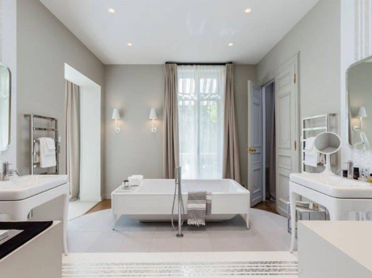 Salle de bains #design avec #baignoire carrée #déco #aménagement ...