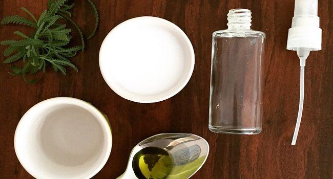 """DESODORANTE NATURAL     1/2 xícara de leite de magnésio     1/4 de xícara de água     1 colher de chá de óleo essencial da sua escolha. """"Adoro variar entre lavanda, alecrim, rosas e sândalo"""", sugere."""