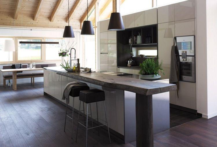 moderne Hochglanzküche mit Baumstamm-Tresen | küche | Pinterest ...