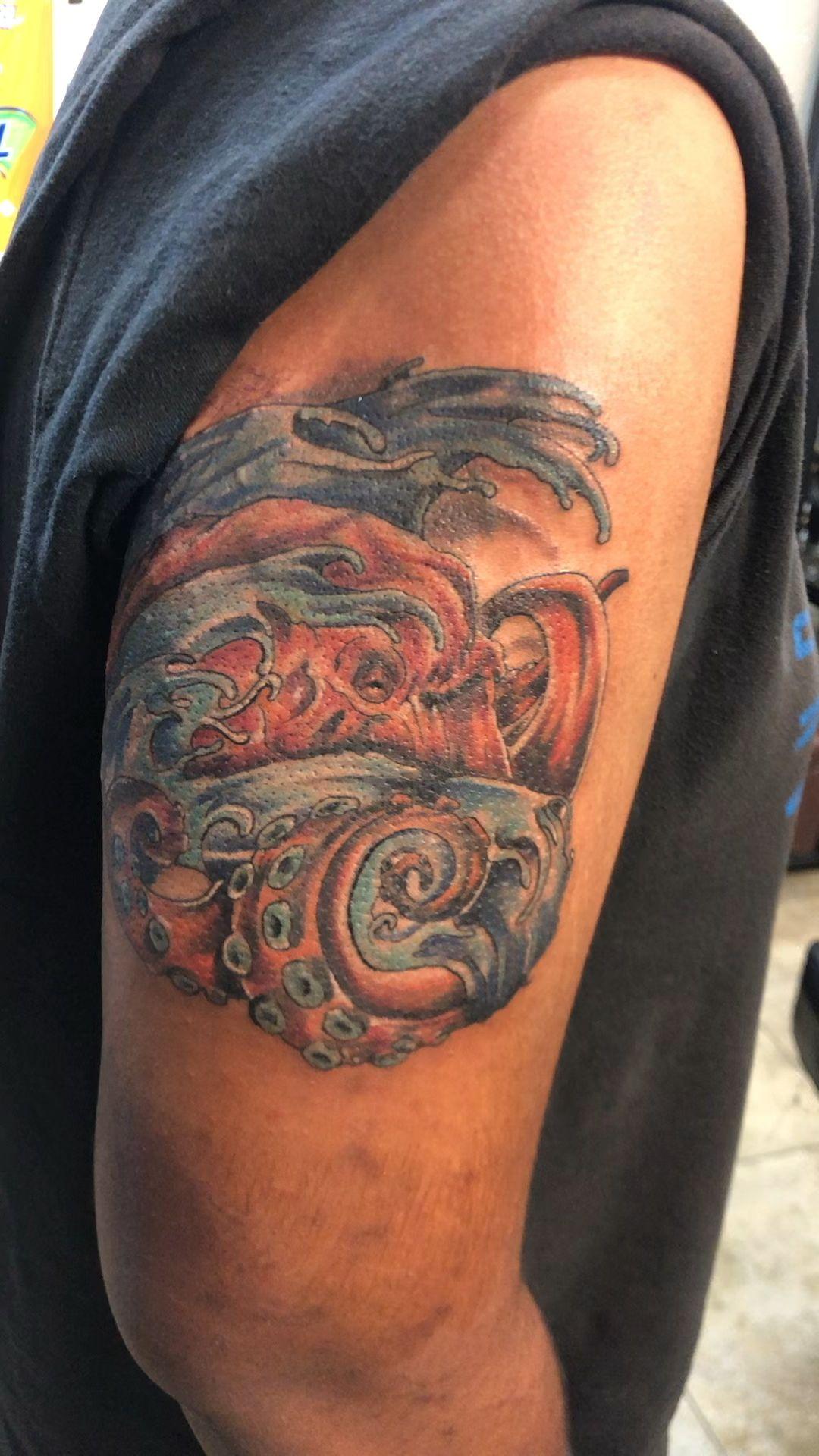 Instagram @ftmyerstattoo @fortmyerstattooflorida @brian_stabile1975 #tattoo #tattooideas #tattooart #tattoodesigns #tattoosofinstagram #brianstabile #octopus #octopustattoos #watertattoo #ftmyerstattoo #fortmyerstattooartist #besttattooartist #infamous
