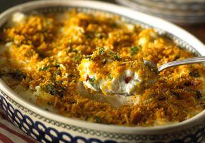 Holiday Mashed Potatoes – El puré de papa salpicado con verde y rojo transforma este platillo en un manjar navideño. Cocínalo en el horno o en el microondas.