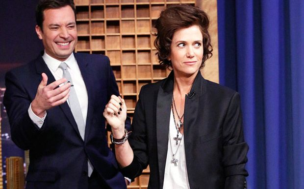 Kristen Wiig imita Harry Styles no programa de Jimmy Fallon
