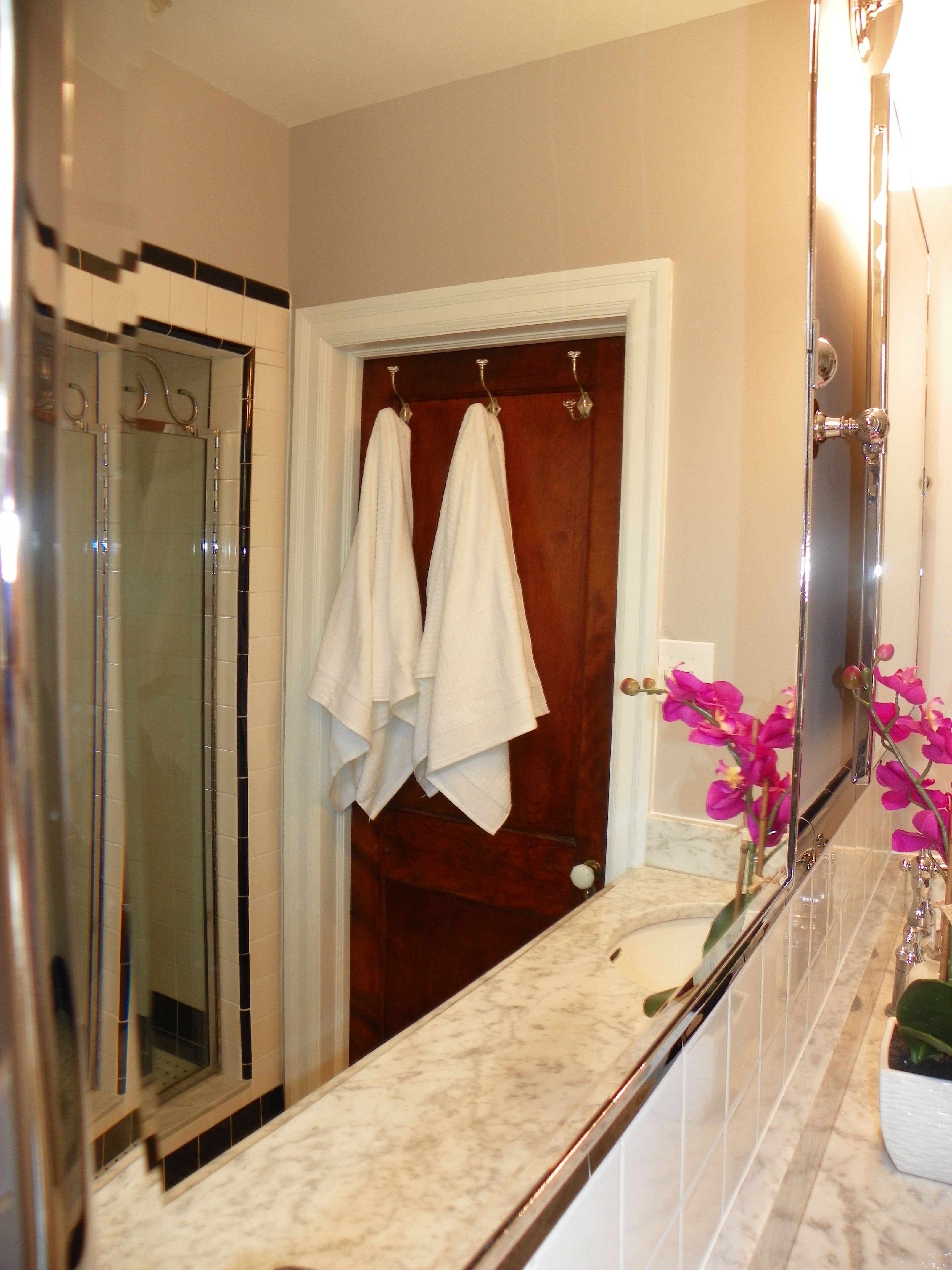 crisp white towels make almost anywhere feel like a spa    www.down2earthdesign.com