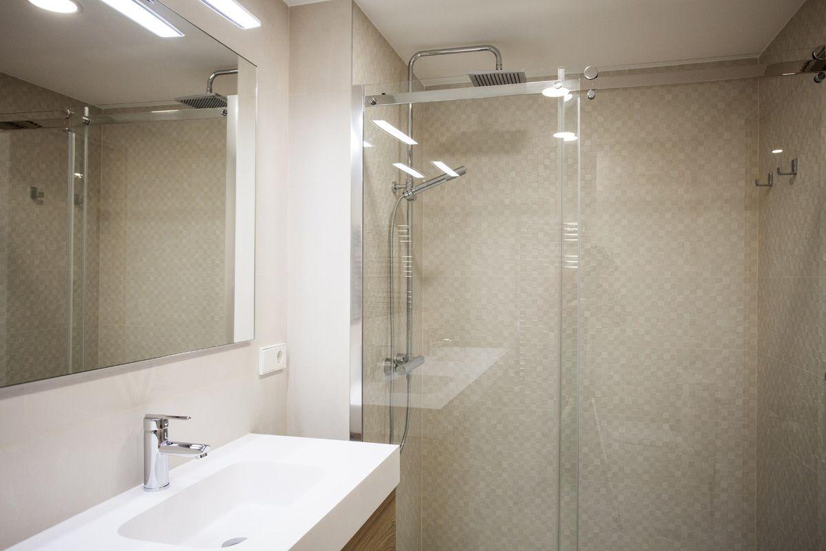 Baño habitación principal con amplio plato de ducha ...