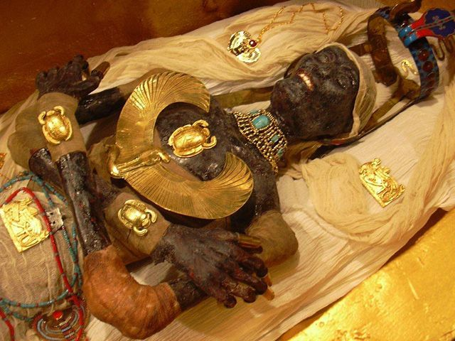 The gorgeous burial mask of King Tut has become one of the ...