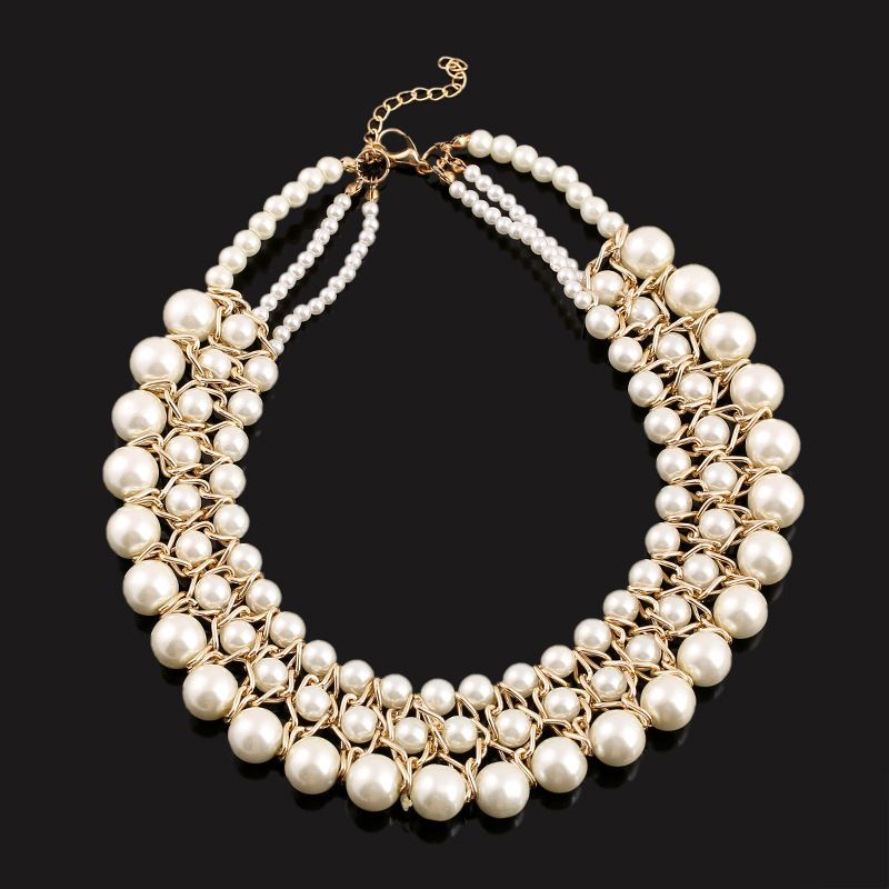 Mujer madura recibe un collar de perlas
