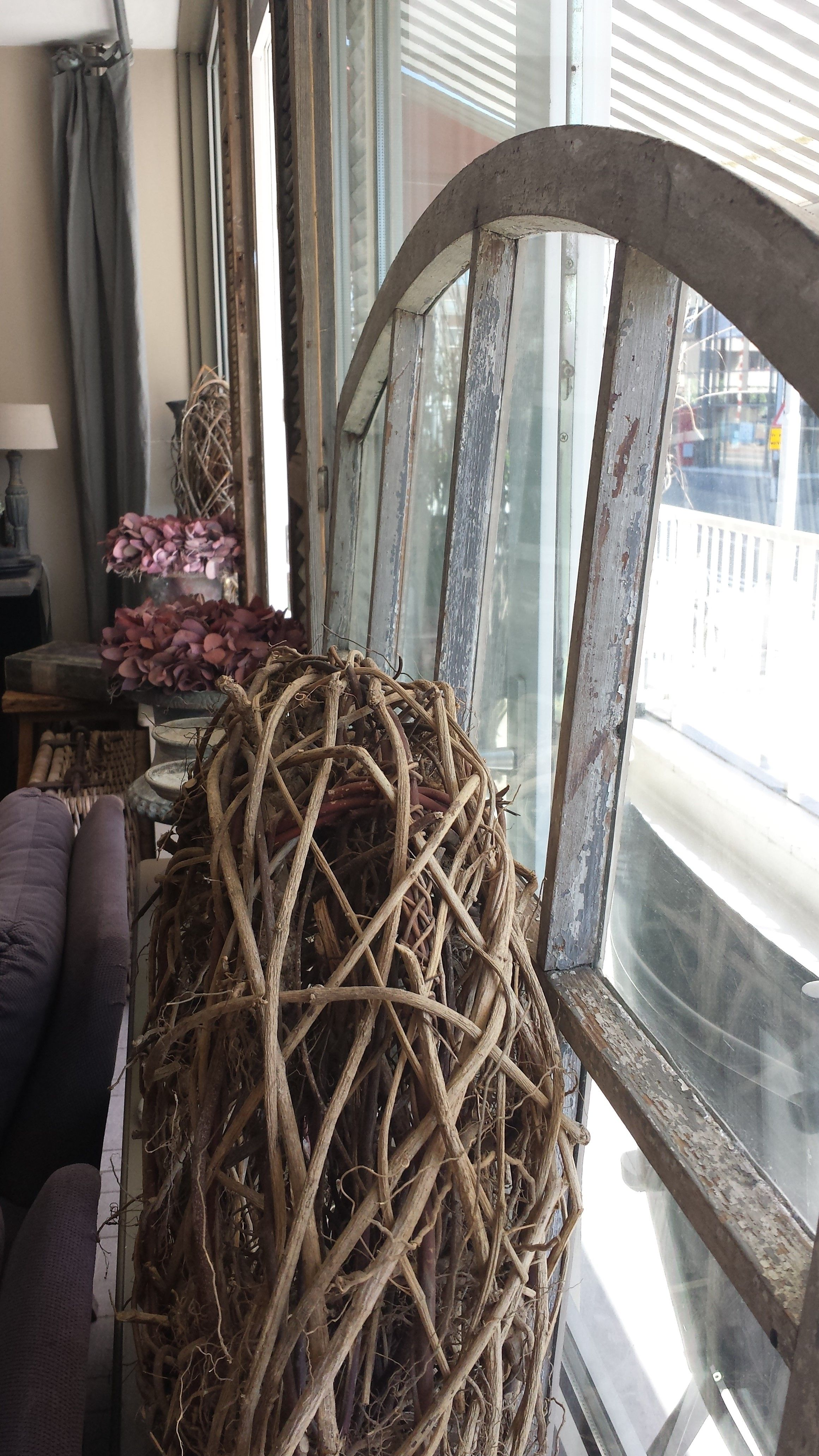 Styling Idee Prachtig Oud Stal Raam Met Grove Krans Stalen Ramen Ramen Decoratie