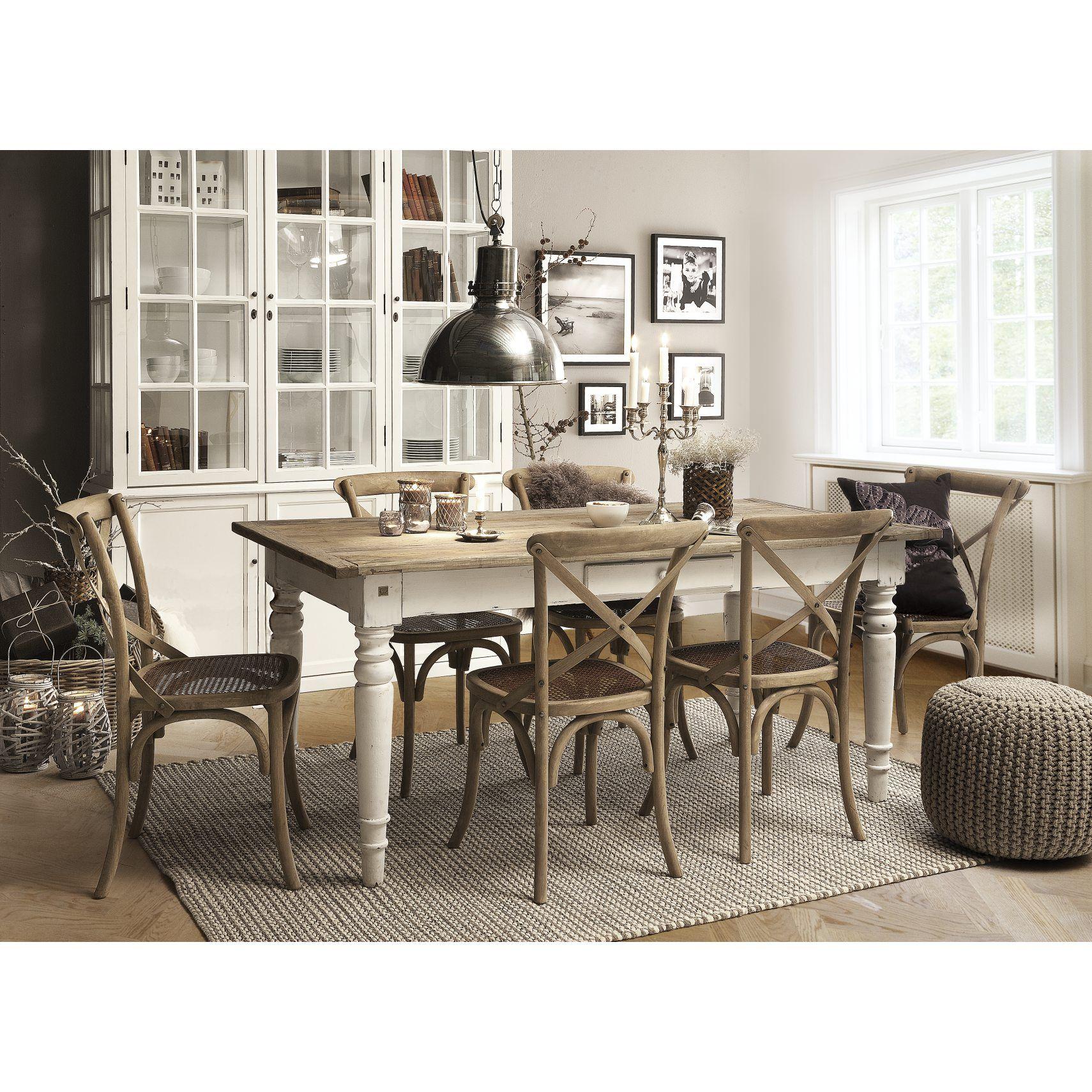 Spisebord med bordplade i genbrugs elmetræ og hvidmalede ben.  Møbler lavet i genbrugstræ har hver især deres unikke udtryk. Variationer i højde, bredde og længde kan forekomme
