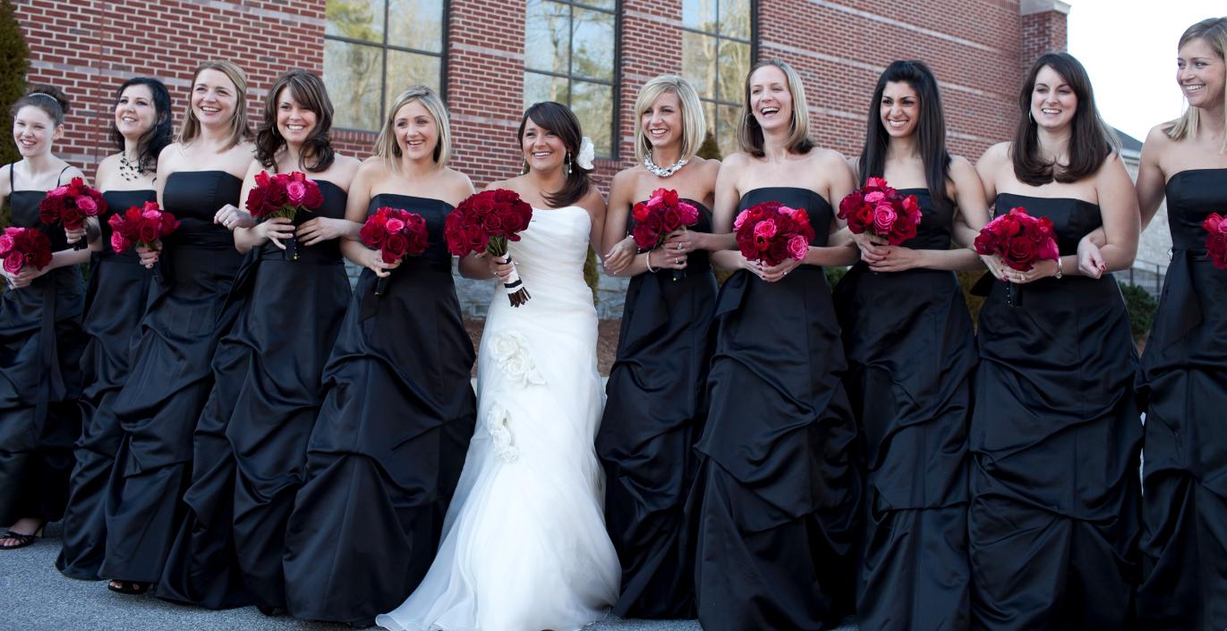 Branco para a noiva, preto para as damas de honor um toque de vermelho!! :)