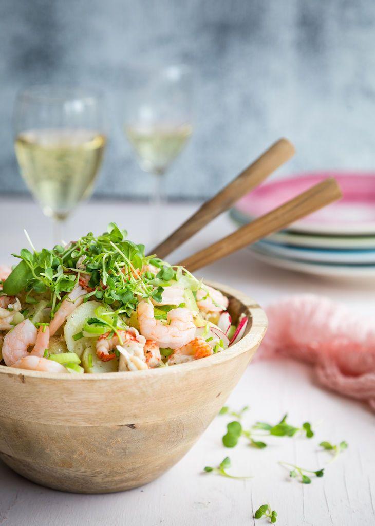 Jos perunasalaatin valmistaa itse ja kruunaa salaatin äyriäisillä, on tarjolla varsin salonkikelpoinen vappuherkku.