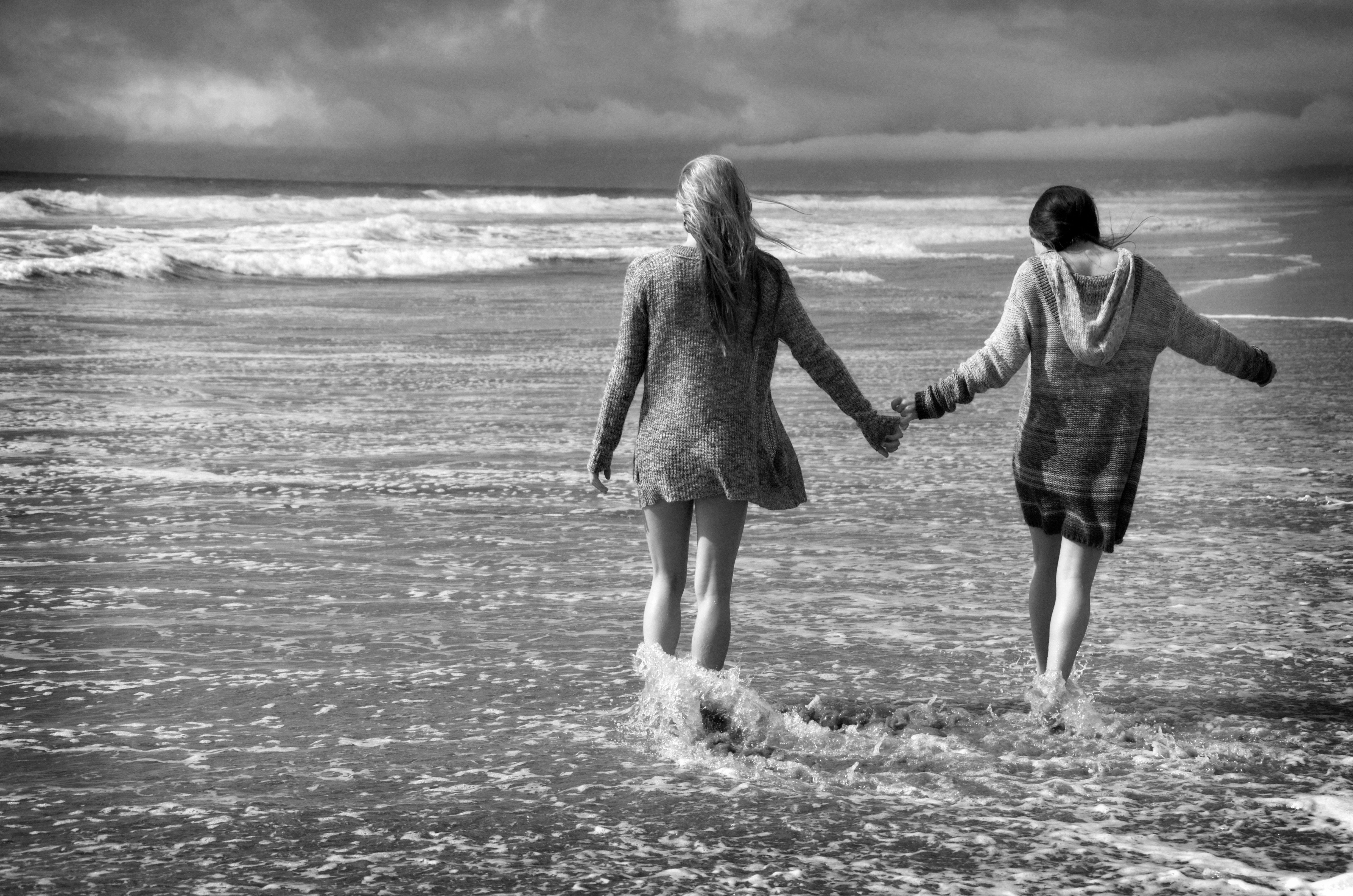 Sisters at the beach Photo by Myle Collins Mylestone Photography Portraits girls, portraits siblings, sister portait, siblings, sisters, walking on the beach, walking at the ocean