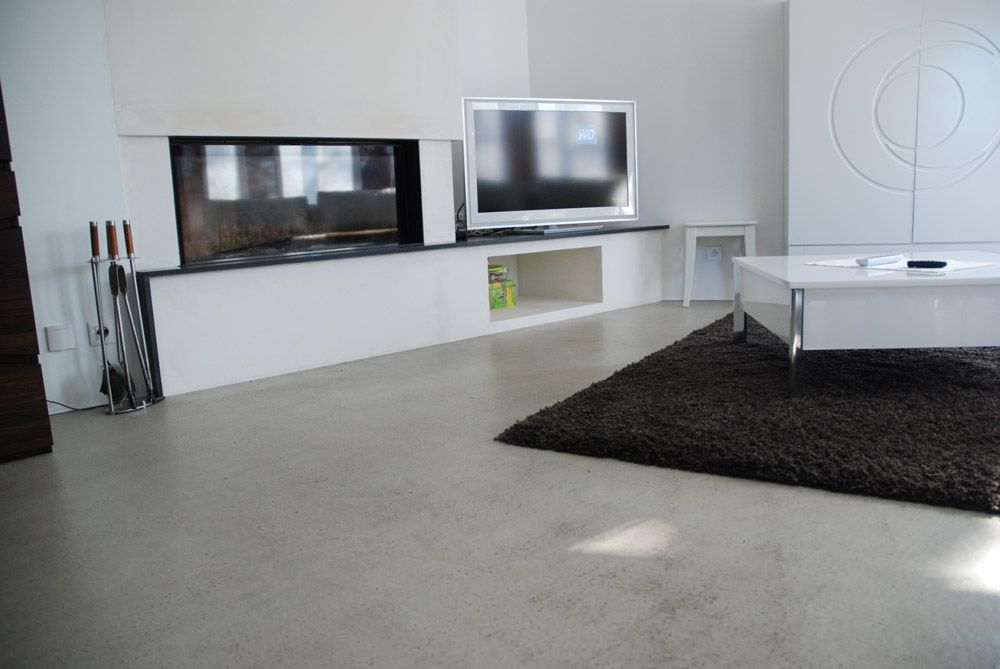 Un salon contemporain avec sol en résine naturelle ...