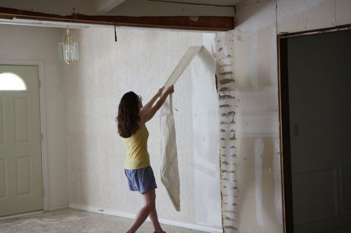Removing Wallpaper Mix Equal Parts Vinegar Warm Water Spray On With A Bottle And Let Sit 10 15 Minutes