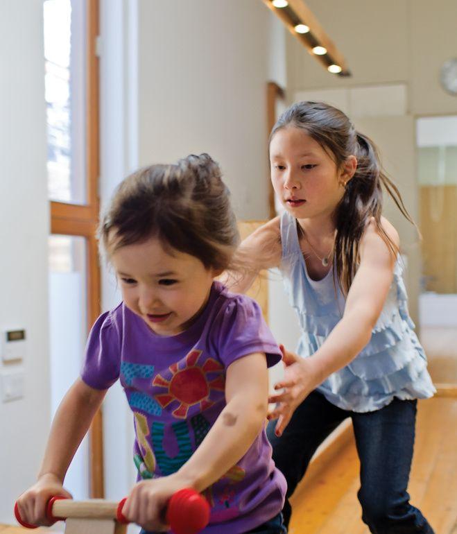 Close nas pessoas (movimento) e espaço embaçado. ///   Daughters Uma and Maelle have the run of the house.  Photo by Christopher Wahl.