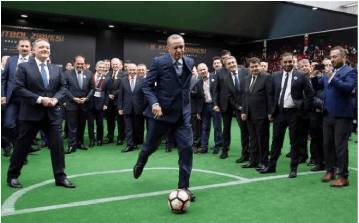 الرئيس التركي رجب طيب أردوغان يركل الكرة خلال بداية مباراة كرة قدم في اسطنبول Soccer Field Soccer Field
