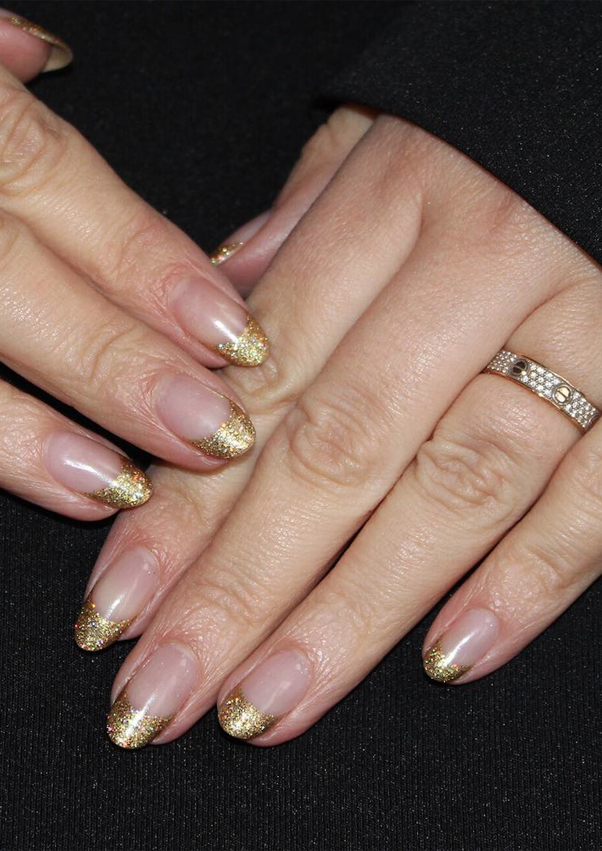 Discreet and charming ideas to rock glitter nails this fall season