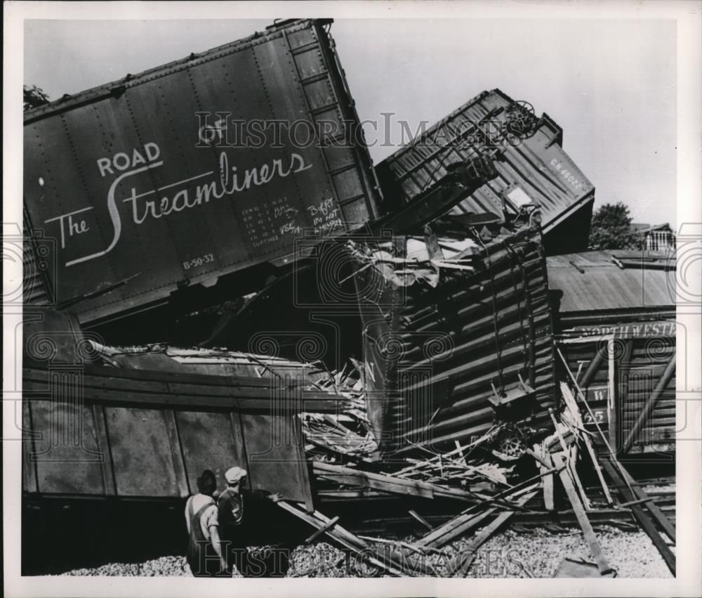 1958 Press Photo of a thirteen car derailment in Waukegan, Illinois.
