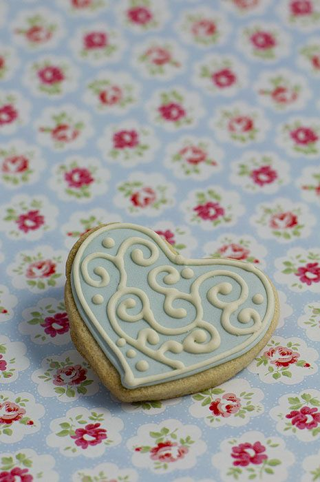Filigree Heart biscuit / cookie IDEAS: Biscuits for Weddings. Wedding Directory-UK {WDUK} Ideas and Inspirations. Wedding Favours. Wedding cookies. Wedding Biscuits