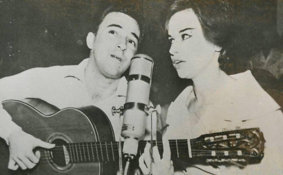João Gilberto com a esposa Astrud, em 1960