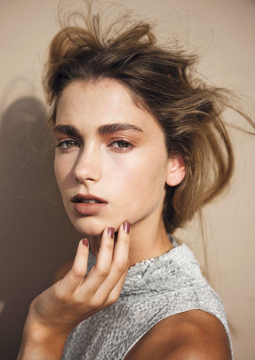 fe56bfa8fc Labios nude, rosa cálido o camino a la zona de los cafés. Ojos bronce y  párpados lavanda. Aquí las propuestas de la maquilladora María Paz Urra y  nuevos ...